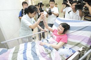 昨日,新桥医院,医护人员给考生击掌打气 本组图片记者 张路桥 摄