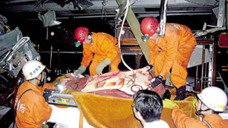消防官兵抬出一具尸体。