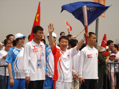 5月20日伊利集团品牌管理部总经理靳彪在上海接过了奥运火炬