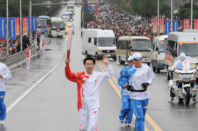6月24日伊利集团酸奶事业部总经理郝林科参与了西宁火炬接力