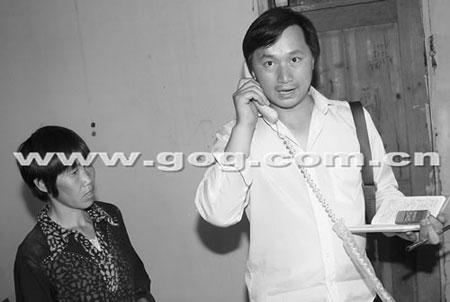 记者电话采访陈光权,左为陈的母亲