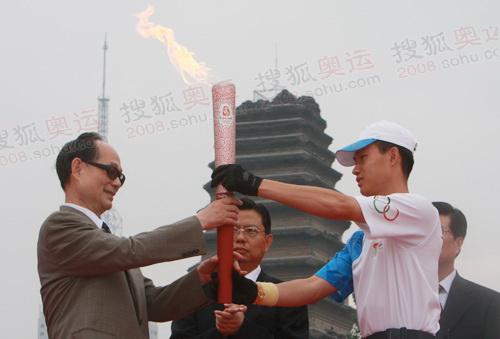 北京奥组委委员接过圣火