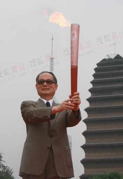 北京奥组委委员展示火炬