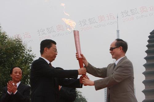 奥组委委员把火炬传给西安市委书记