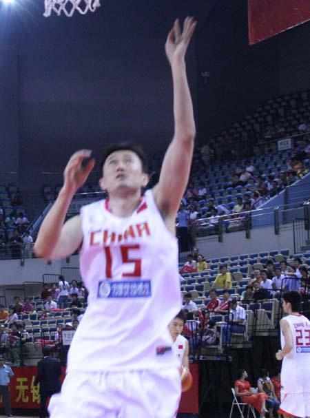 图文:男篮对阵澳洲明星队 杜锋上篮