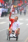 图文:奥运圣火在西安传递 董志江手持火炬传递