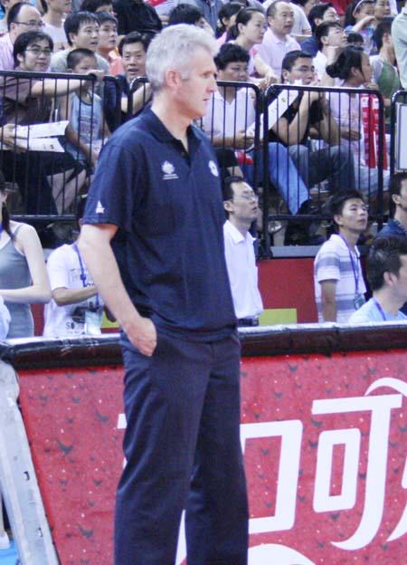 图文:男篮对阵澳洲明星队 澳大利亚教练很焦急