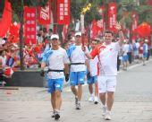 图文:奥运圣火在西安传递 火炬手马耶正在传递