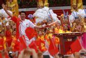 图文:奥运圣火在西安传递 王立彬点燃圣火盆