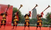 图文:奥运圣火在西安传递 演员起跑仪式上表演