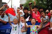 图文:奥运圣火在西安传递 群众为火炬传递加油