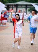 图文:奥运圣火在西安传递 火炬手罗杨正在传递