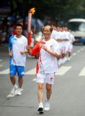 图文:奥运圣火在西安传递 火炬手陈忠实传递中