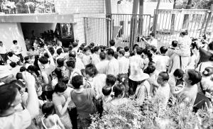 大熊猫馆前围满了前来观看的市民。