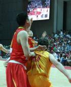 图文:男篮VS澳大利亚明星 大郅拼抢篮板