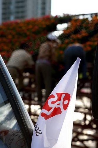 运送鲜花的汽车前也插着奥运会旗