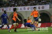 图文:[中超]武汉1-1河南 摔倒前也要踢下球