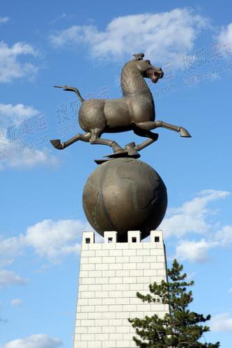 奔腾的骏马雕像