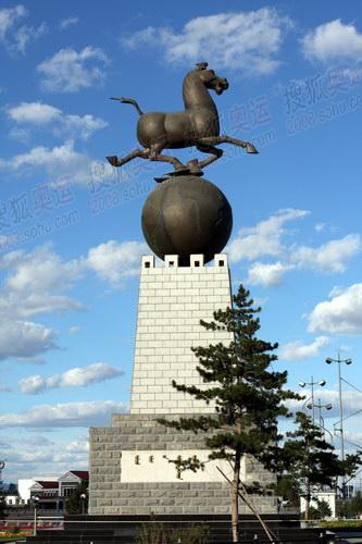 骏马雕像矗立在亚洲最大的音乐喷泉旁