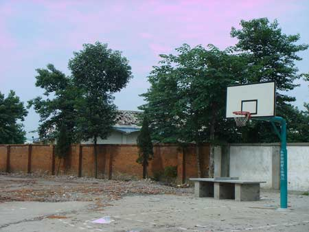 学校拆除的空地只剩下篮球架