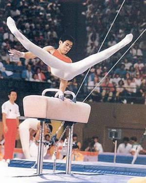 1984年8月4日,第23届洛杉矶奥运会,李宁以完美的演出独揽男子体操单项决赛自由体操、鞍马和吊环3枚金牌,并以3金2银1铜的佳绩成为本届奥运会夺得奖牌最多的运动员。