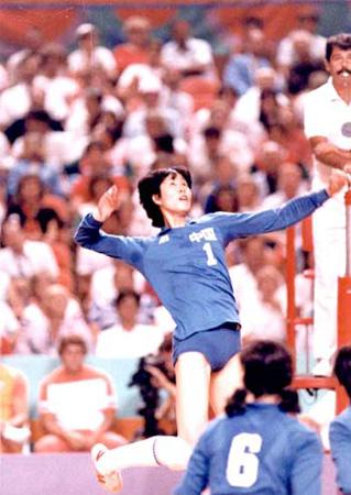 """1984年8月7日,第23届洛杉矶奥运会,中国女排姑娘再展雄风,势不可挡,直落三局,击败东道主美国队,成就""""三连冠""""伟业。"""