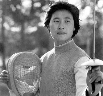 1984年8月3日,第23届洛杉矶奥运会,栾菊杰经过奋力拼搏,战胜了世界名手、联邦德国32岁的科·哈尼施,夺得女子花剑冠军。这也是亚洲第一次在奥运会上获取击剑金牌。