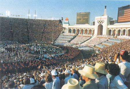 图为洛杉矶奥运会开幕时的盛大场景
