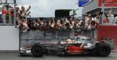 图文:汉密尔顿获F1英国站冠军 车队祝贺小汉