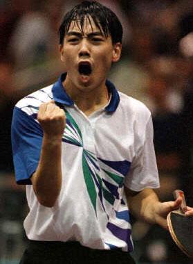 第26届奥运会乒乓球比赛中,最耀眼的明星算是中国选手刘国梁,他先与孔令辉合作夺得男双冠军,随后在男单决赛中战胜他的大师兄王涛,再添一枚奥运会金牌。加上他在其他国际比赛中的出色表现,着实在世界桌坛刮起了刘国梁旋风,这一年也被称为刘国梁年。