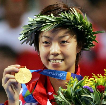 2004年8月22日,奥运会乒乓球女单决赛,张怡宁4-0轻松战胜朝鲜选手金香美,这是张怡宁继夺得女双冠军后取得的第二枚金牌,这也是中国代表团在夏奥会上取得的第100金
