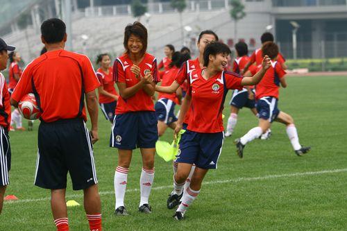 图文:[女足]天津备战奥运 队员笑逐颜开
