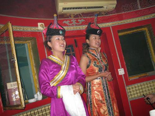蒙古族歌手唱起嘹亮动听的歌曲