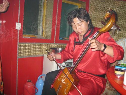 蒙古族乐手用马头琴拉起《万马奔腾》