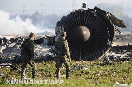 哥伦比亚空军人员在查看坠毁的美国波音747货机残骸。新华社/法新