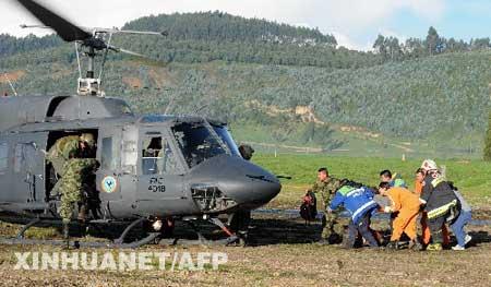 哥空军人员在抢救受伤的美国波音747货机机组人员。新华社/法新