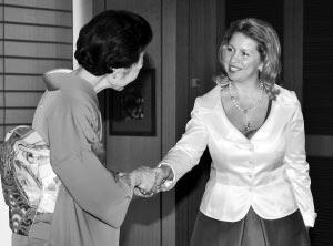 夫人/日本首相夫人迎接俄总统夫人。