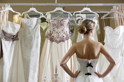 新娘 婚纱掉下_优雅新娘选优雅掉肩婚纱