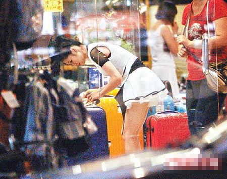 徐若瑄穿公主装到东区挑行李箱,露出匀称美腿