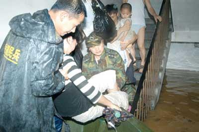 消防人员将救生船开到楼梯口营救被困居民