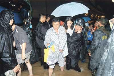 被解救出来的居民还穿着睡衣