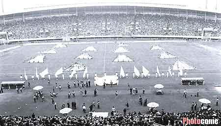 1994年4月17日,第一届职业甲A联赛在6个赛场开战,揭幕战在成都举行