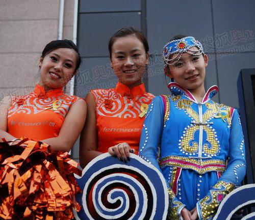 身着蒙古民族特色服饰的啦啦队队员