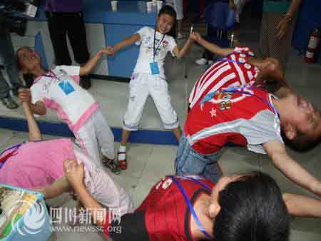 孩子们在心理辅导老师的带领下玩游戏