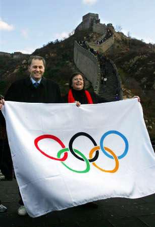 2004年11月1日,雅典奥运会总结会在北京举行新闻发布会。在京考察的国际奥委会主席罗格和妻子在长城上扯起了一面奥运旗帜。
