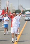 图文:奥运圣火在呼和浩特传递 杨文俊进行传递