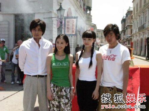 王丽坤(左三)亮相《花舞飞雪》