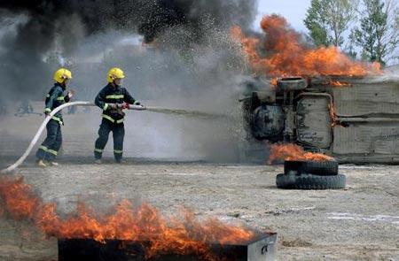 哈密/新疆哈密,消防官兵灭火演习中。CFP