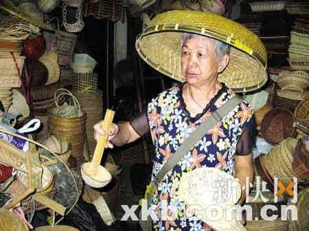 黄婆婆的仓库里尽是各种各样的旧式藤竹制品,让人恍如置身数十年前的旧广州。 吴旋坚/摄