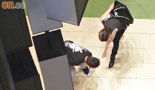 谢婷婷的水瓶掉在了地上,Kevin帮他捡